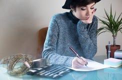 Skrivbord för filmförfattare för ung kvinna funktionsdugligt Arkivfoto