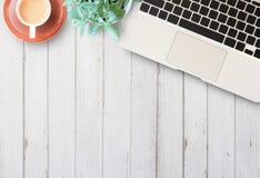Skrivbord för hem- affär för lägenhet lekmanna- med kommunikationsapparaten Royaltyfri Bild