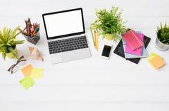 Skrivbord för person` s från ovannämnt i marknadsföringsbyrå royaltyfri foto