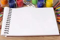 Skrivbord för skolakonstbok Royaltyfri Fotografi