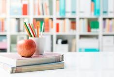 Skrivbord för student` s med böcker arkivfoto