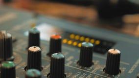 Skrivbord för studio för solid inspelning blandande med teknikern eller musikproducenten ljudsignal livsstil för konsolblandarebe stock video