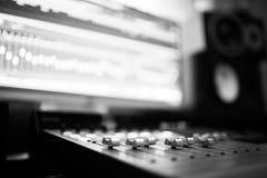 Skrivbord för studio för solid inspelning blandande Musikblandarekontrollbord arkivfoton