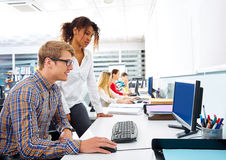 Skrivbord för dator för affärsfolk ungt mång- etniskt Royaltyfri Foto
