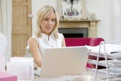 skrivbord henne bärbar dator som sitter genom att använda kvinnan arkivbilder