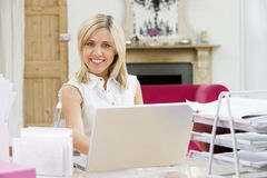 skrivbord henne bärbar dator som sitter genom att använda kvinnan royaltyfri foto