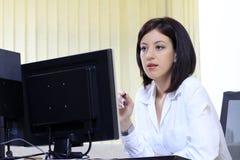 skrivbord henne kontorskvinna Arkivfoto