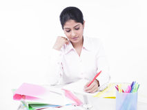 skrivbord henne kontorskvinnaworking Arkivbilder
