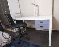 Skrivbord i barns sovrumområde Royaltyfri Bild