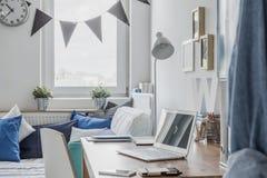 Skrivbord i tonårigt rum Arkivfoto