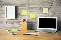 Skrivbord med bärbara datorn och telefonen fotografering för bildbyråer