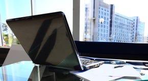 Skrivbord med bärbara datorn och utrustning Royaltyfri Fotografi
