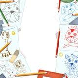Skrivbord med barnteckningsbakgrund Arkivfoto