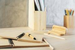 Skrivbord med bruna tillförsel Arkivfoton