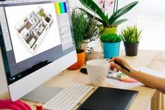 skrivbord med dator- och pennminnestavlainredesign Royaltyfri Bild