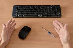 Skrivbord med datormusen Arkivbild