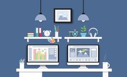 Skrivbord med datoruppsättningen, dokument och brevpapper Arbetsplats för royaltyfri illustrationer