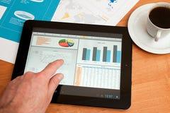 Skrivbord med den digitala tableten. Marknadsföra forskning. Arkivfoton