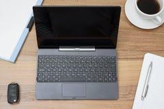 Skrivbord med den minnestavlaPC, kaffe, mappen och anteckningsboken fotografering för bildbyråer