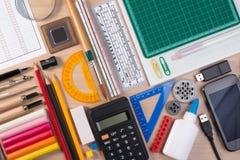 Skrivbord med den stationära skolan eller kontorshjälpmedel Lekmanna- uppsättning för lägenhet av skottet för studio för konstnär Royaltyfri Bild