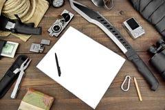 Skrivbord med den stora gruppen av objekt för loppet, expedition royaltyfri foto