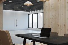 Skrivbord med den tomma bärbara datorn Royaltyfri Fotografi