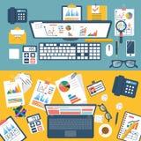 Skrivbord med dokument, bärbara datorn och kontorsequipmen Royaltyfria Bilder
