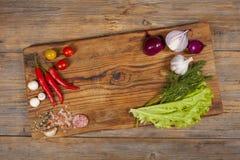 Skrivbord med grönsaker Arkivfoto