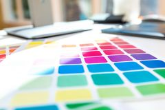 Skrivbord med hjälpmedel för grafisk design royaltyfri foto