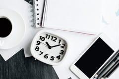 Skrivbord med objekt fotografering för bildbyråer
