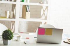 Skrivbord med objekt arkivfoton