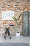 Skrivbord med skrivmaskinen mot väggen arkivbilder