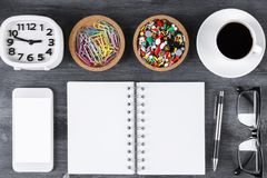 Skrivbord med smartphonen, notepaden och andra objekt fotografering för bildbyråer