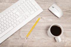 Skrivbord med tangentbordet Arkivbild