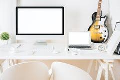 Skrivbord med tomma apparater och gitarren Arkivbild