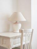 Skrivbord och lampa Royaltyfria Foton