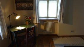 Skrivbord och lampa i rum, Copsa sto, Transylvania, Rumänien arkivfoto