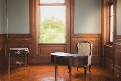 Skrivbord och stol i antikt kontor arkivfoton