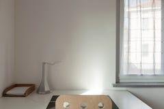 Skrivbord och stol i ett rum arkivfoton
