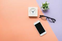 Skrivbord ovanför mobiltelefonen och klockan Royaltyfri Fotografi