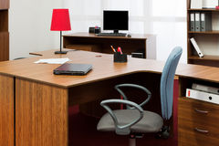 Skrivbord på det moderna kontoret arkivbild