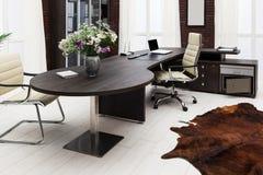 Skrivbord på det moderna kontoret Arkivfoto