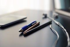 Skrivbord på kontoret I dag teknologi för ` s arkivbild