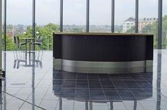 Skrivbord på placeringområde i modern kontorskafeteria Royaltyfria Foton