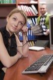 skrivbord som lutar den fundersama kvinnan Arkivbilder