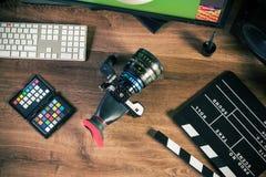 Skrivbord som skjutas av en modern biokamera royaltyfri bild