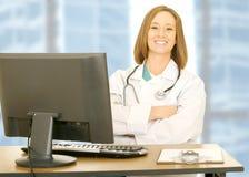 skrivbordet doctor henne den sittande kvinnan Royaltyfri Foto