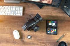 Skrivbordet sköt av en modern Digital fotokamera med bärbara datorn royaltyfri bild