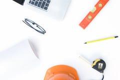 Skrivbordkontor av teknikerbyggnadsdesignen Arkivfoton
