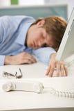 skrivbordkontor som sovar den trött arbetaren Royaltyfria Bilder